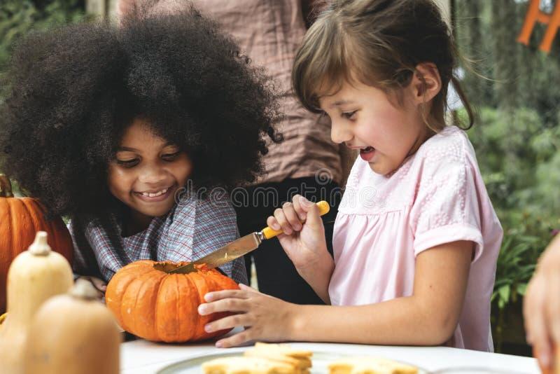 Dzieciaki rzeźbi Halloweenowego Jack ` - lampiony zdjęcie stock