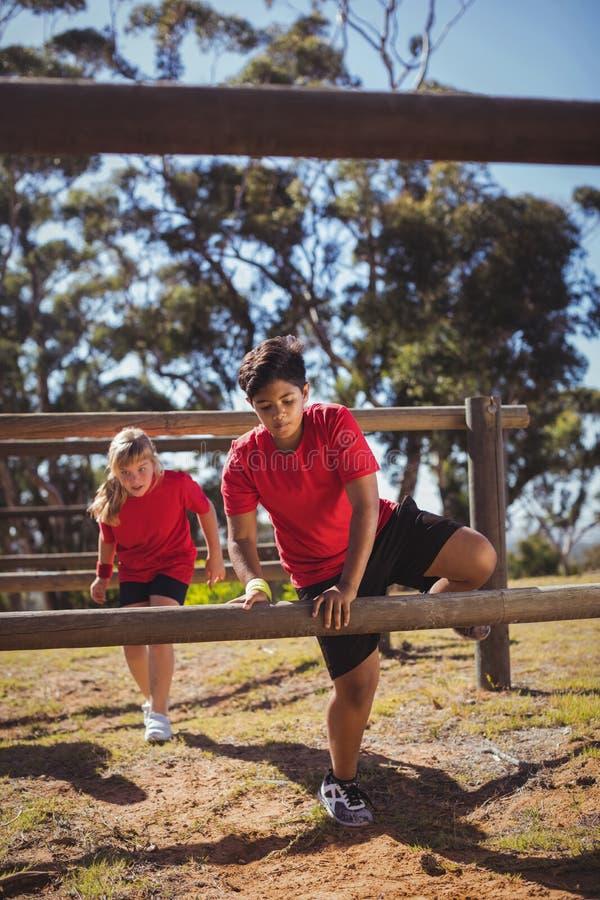 Dzieciaki skacze nad przeszkodami podczas przeszkoda kursu szkolenia fotografia royalty free