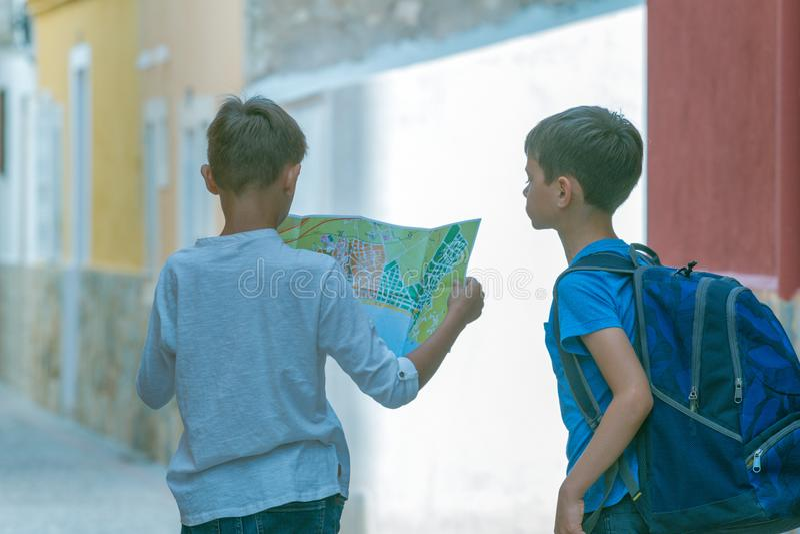 Dzieciaki studiuje miasto kartografują wpólnie outdoors w starej europejskiej miasto ulicie obrazy royalty free