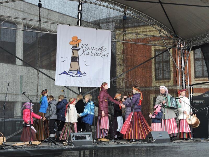Dzieciaki tanczy na scenie, Lithuania fotografia stock