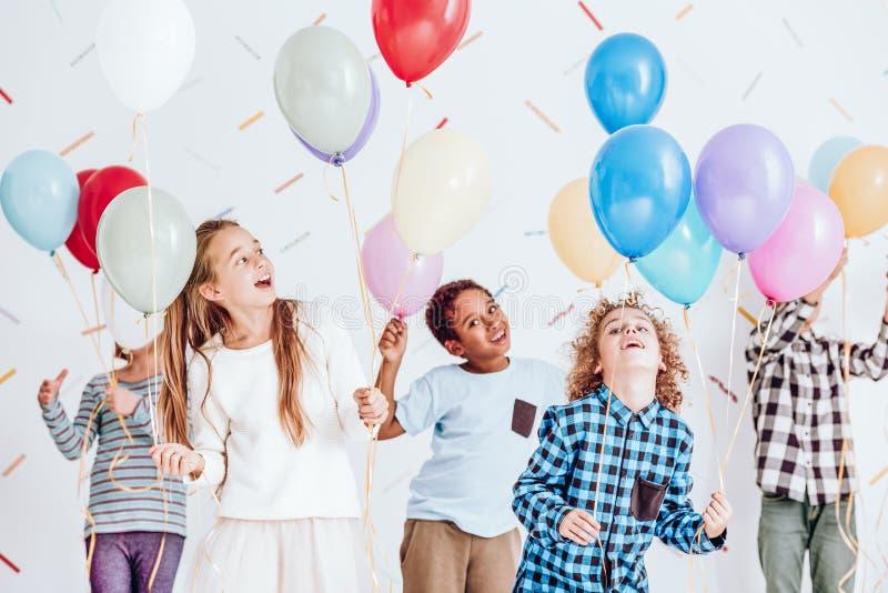 Dzieciaki tanczy z balonami obrazy royalty free