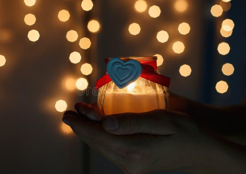 Dzieciaki trzymają Bożenarodzeniowego lampion w rękach na światła bokeh tle Nowego roku świętowania pojęcie fotografia royalty free