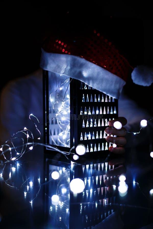Dzieciaki trzymają Bożenarodzeniowego lampion w rękach na światła bokeh tle Nowego roku świętowania pojęcie zdjęcia royalty free