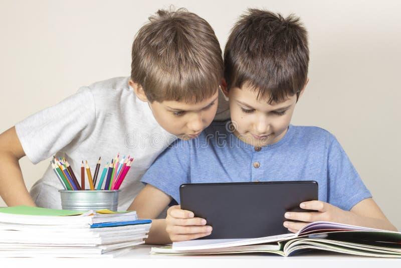 Dzieciaki używa wpólnie pastylka komputer w domu fotografia royalty free