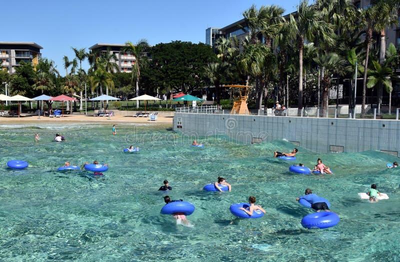 Dzieciaki unosi się w Falowej lagunie zdjęcie royalty free