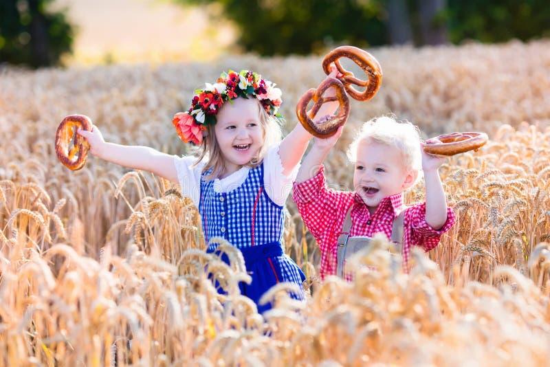 Dzieciaki w Bawarskich kostiumach w pszenicznym polu obrazy royalty free