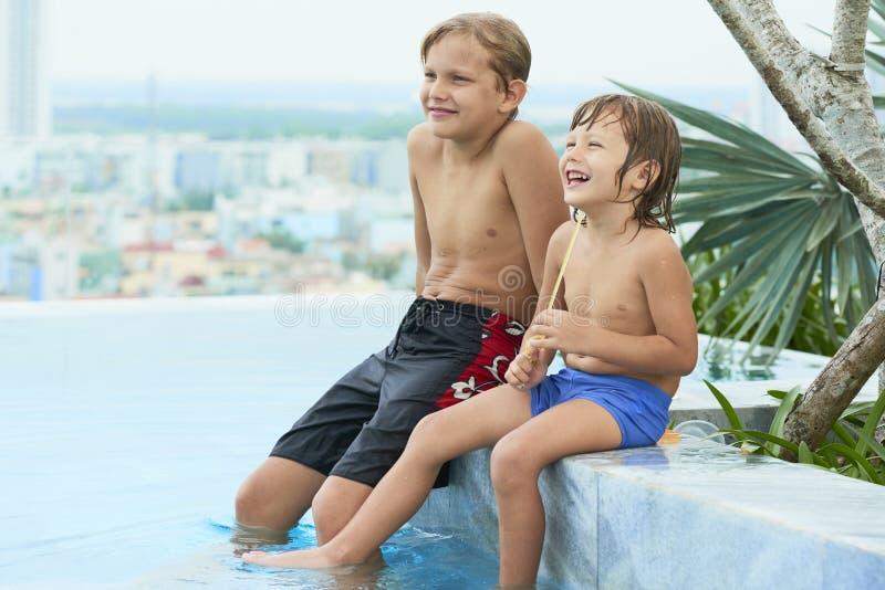 Dzieciaki w dopłynięcie basenie fotografia stock