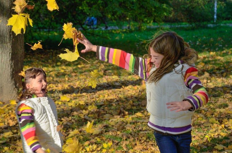 Dzieciaki w jesień parku zdjęcia stock