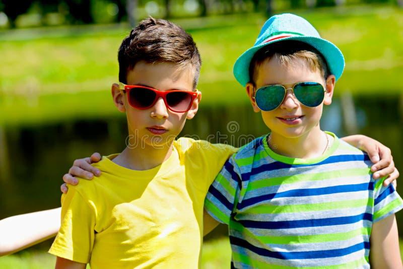 Dzieciaki w lato parku obrazy stock