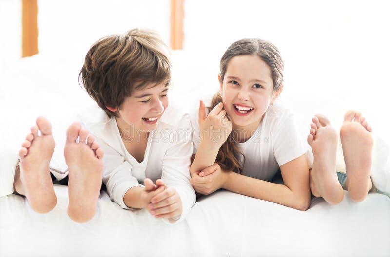 Dzieciaki w rodzicach łóżkowych zdjęcie royalty free