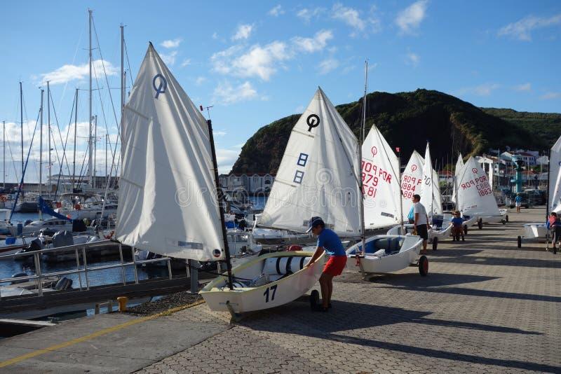 Dzieciaki z żeglowanie łodziami fotografia royalty free