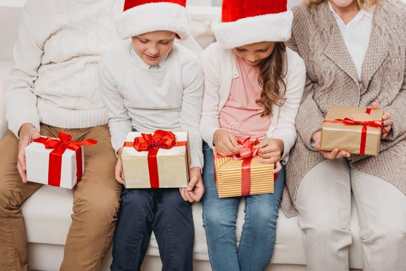 Dzieciaki z boże narodzenie dziadkami i prezentami zdjęcia royalty free