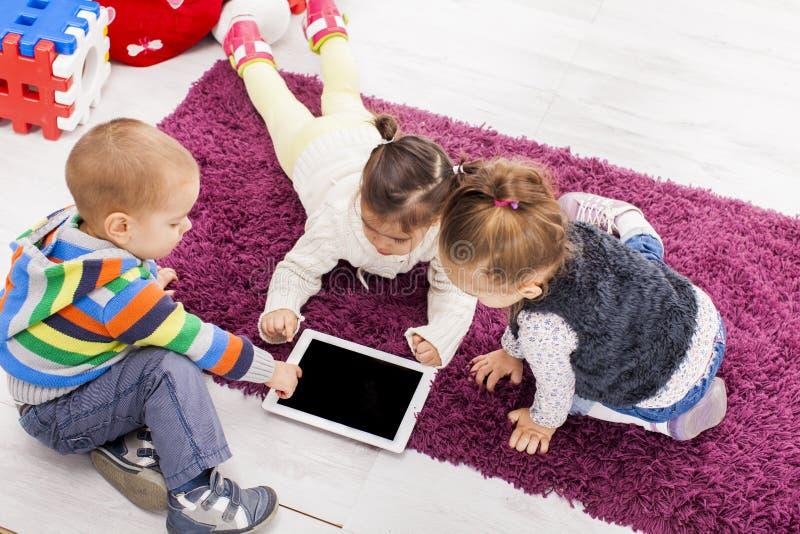 Dzieciaki z pastylką fotografia stock