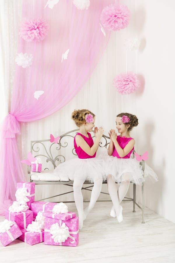 Dzieciaki z teraźniejszości przyjęciem urodzinowym szczęśliwym Dziewczyn siostr bawić się fotografia stock