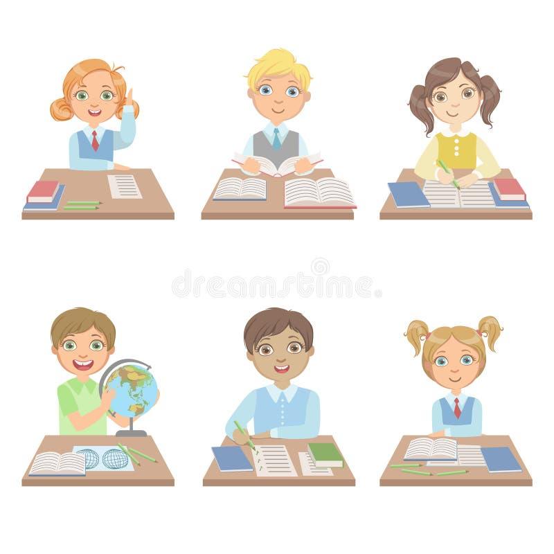 Dzieciaki Za biurkami W szkoła secie royalty ilustracja