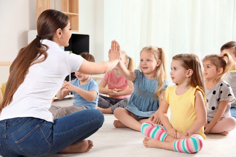 Dziecinów małe dzieci i nauczyciel Uczy? si? i bawi? si? fotografia stock