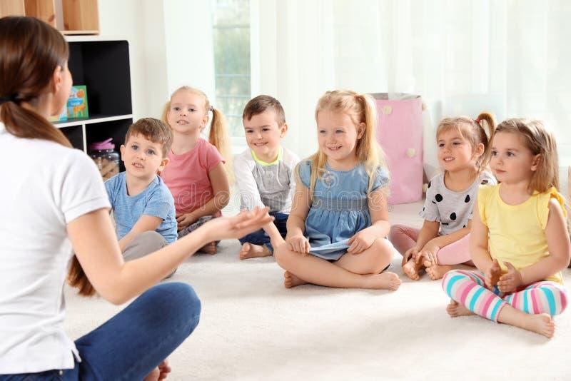 Dziecinów małe dzieci i nauczyciel Uczy? si? i bawi? si? obraz stock