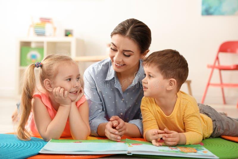 Dziecina nauczyciela czytelnicza książka dzieci Uczy? si? i bawi? si? zdjęcia royalty free