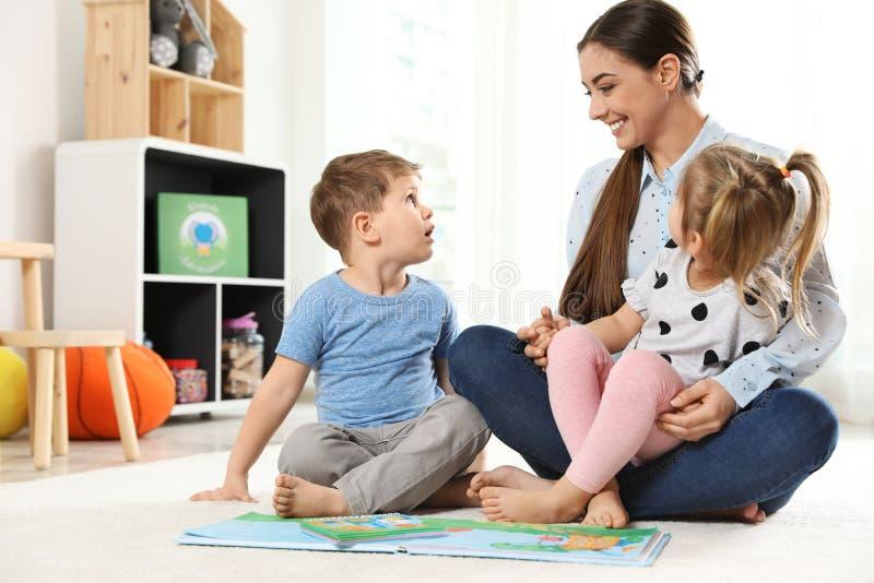 Dziecina nauczyciela czytelnicza książka dzieci Uczy? si? i bawi? si? obraz stock