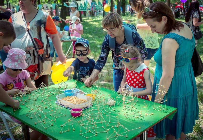 """dziecka †""""chłopiec i dziewczyna - i ich rodzice uczestniczy przy sztuki i rzemiosła outdoors warsztatem obrazy royalty free"""