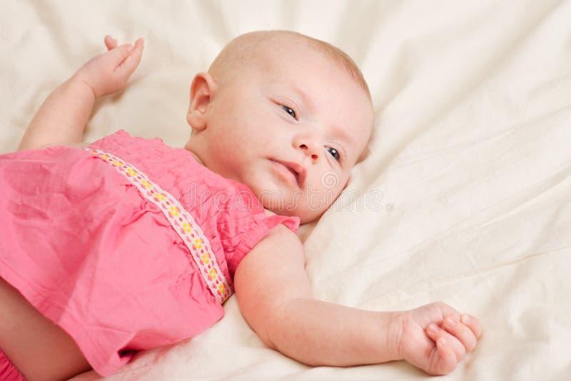 dziecka łóżka dziewczyny łgarski berbeć zdjęcie royalty free