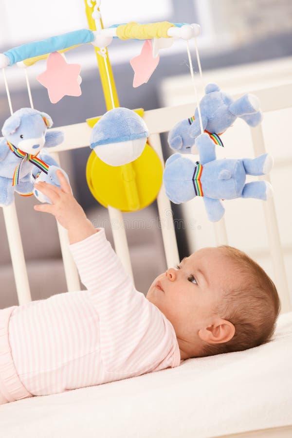 dziecka łóżka dziewczyny bawić się obraz stock