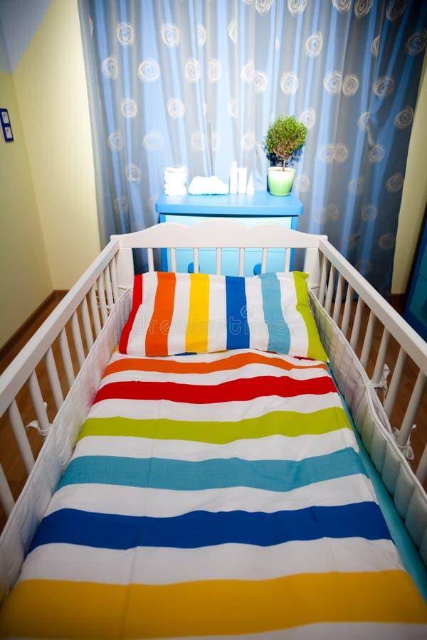 dziecka łóżka polowego pepiniery pokój zdjęcie stock