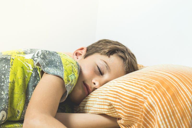 dziecka łóżkowy dosypianie zdjęcia royalty free
