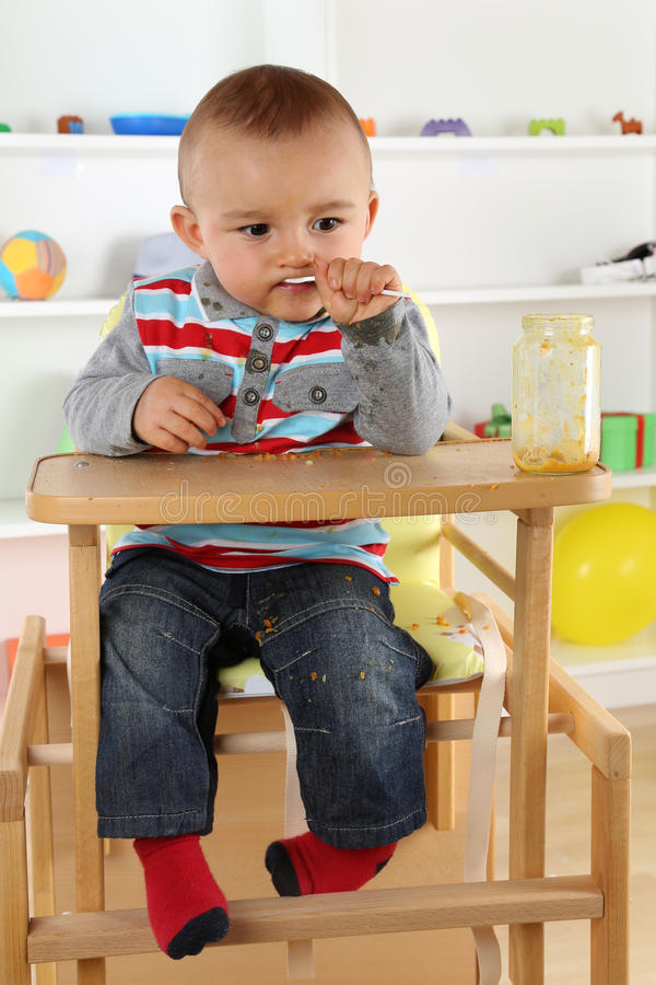 Dziecka łasowania dziecka jedzenie od szkła zdjęcie royalty free