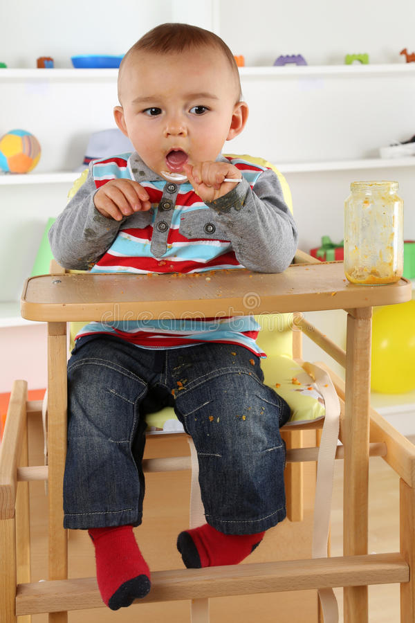 Dziecka łasowania dziecka jedzenie z łyżką obraz stock