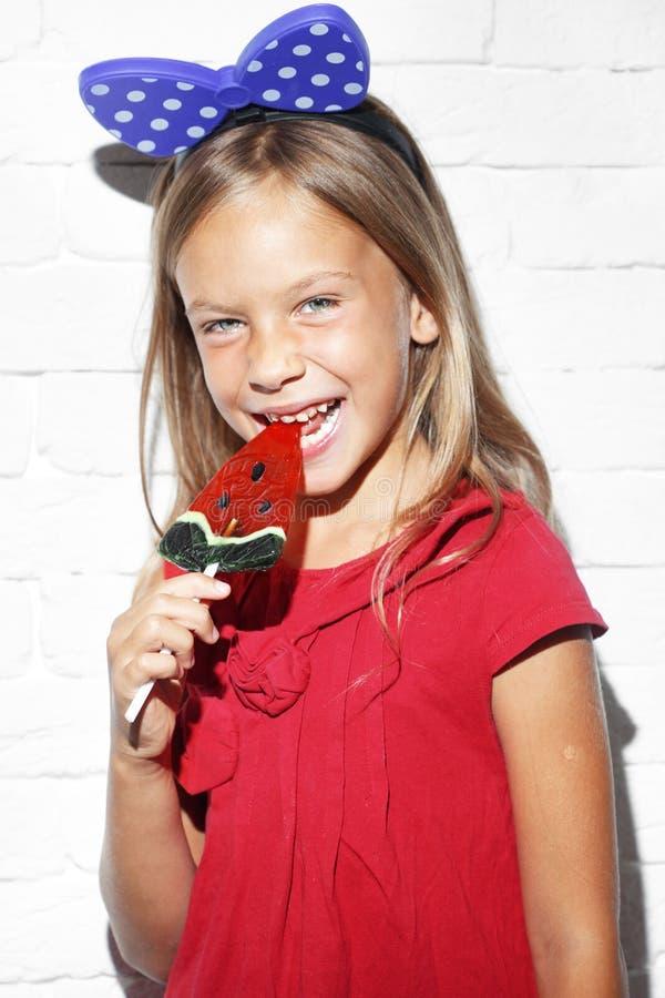 Dziecka łasowania lizak zdjęcie royalty free