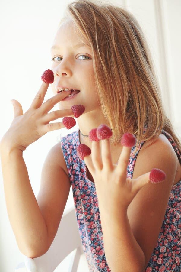 Dziecka łasowania malinki zdjęcie royalty free