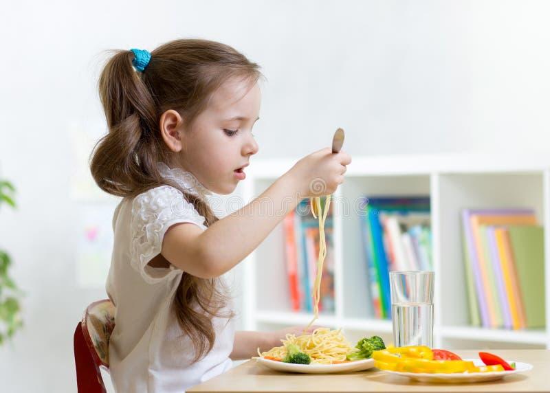 Dziecka łasowania spaghetti obraz royalty free