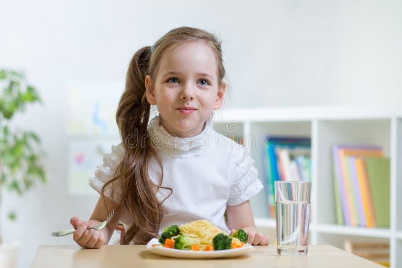 Dziecka łasowania spaghetti zdjęcie royalty free