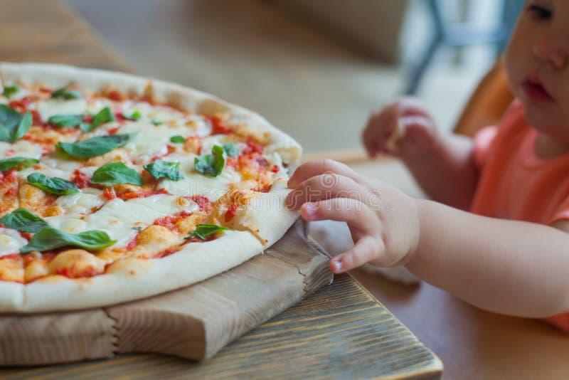 Dziecka łasowania włoska pizza w kawiarni, fast food zdjęcia royalty free