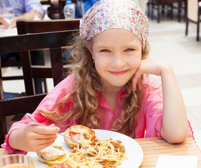 Dziecka łasowanie przy kawiarnią obrazy royalty free
