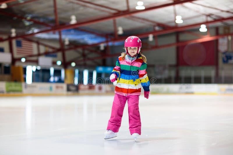 Dziecka łyżwiarstwo na salowym lodowym lodowisku Dzieciak łyżwa obrazy stock