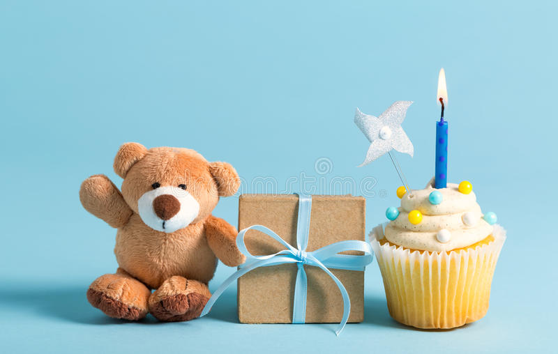 Dziecka świętowania temat z misiem i babeczką zdjęcia royalty free