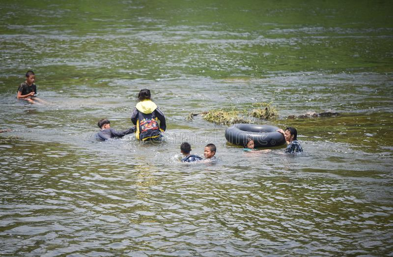 Dziecka Azja zabawy wody flisactwo zdjęcie royalty free