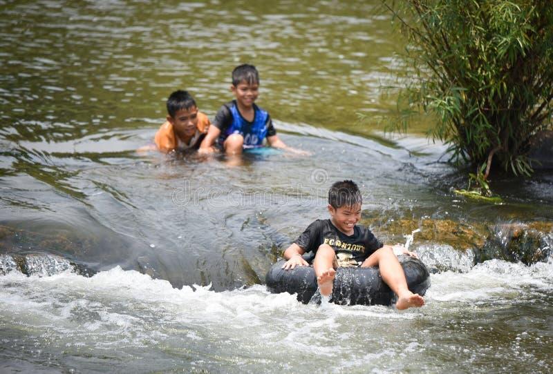 Dziecka Azja zabawy wody flisactwo zdjęcie stock