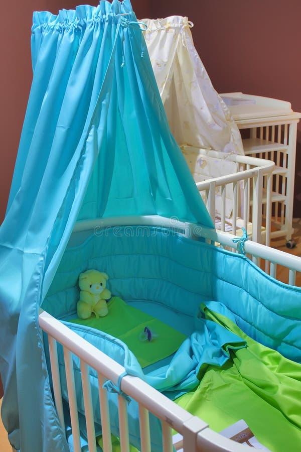 dziecka błękit łóżko polowe zdjęcia stock