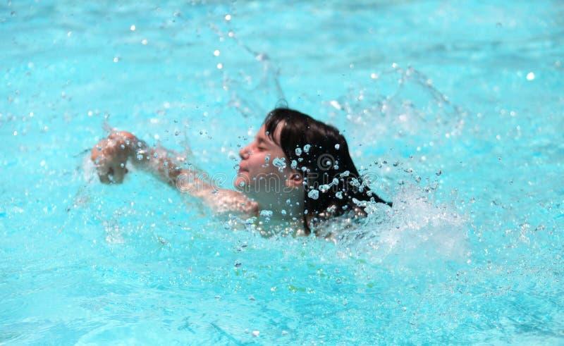 dziecka basenu pluśnięcia chełbotania dopłynięcie zdjęcia royalty free