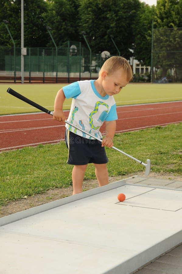 dziecka bawić się golfowy mini fotografia royalty free