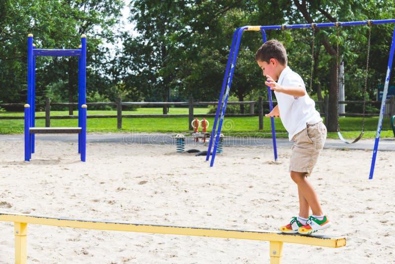 Dziecka bawić się na parkowej sztuki struktury balansowym promieniu obrazy stock