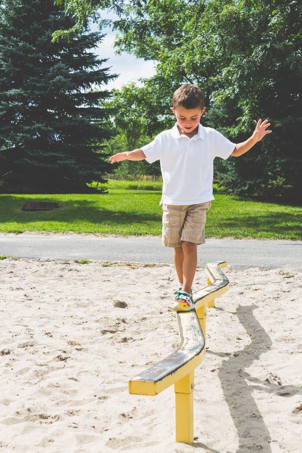Dziecka bawić się na parkowej sztuki struktury balansowym promieniu zdjęcie stock