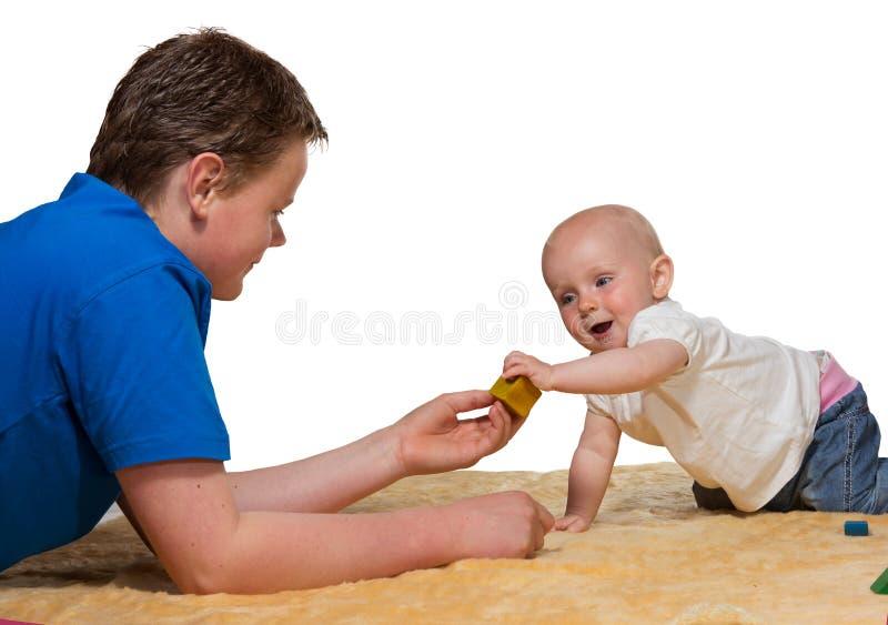 dziecka brata szczęśliwy ciekawski bawić się withbig obraz stock