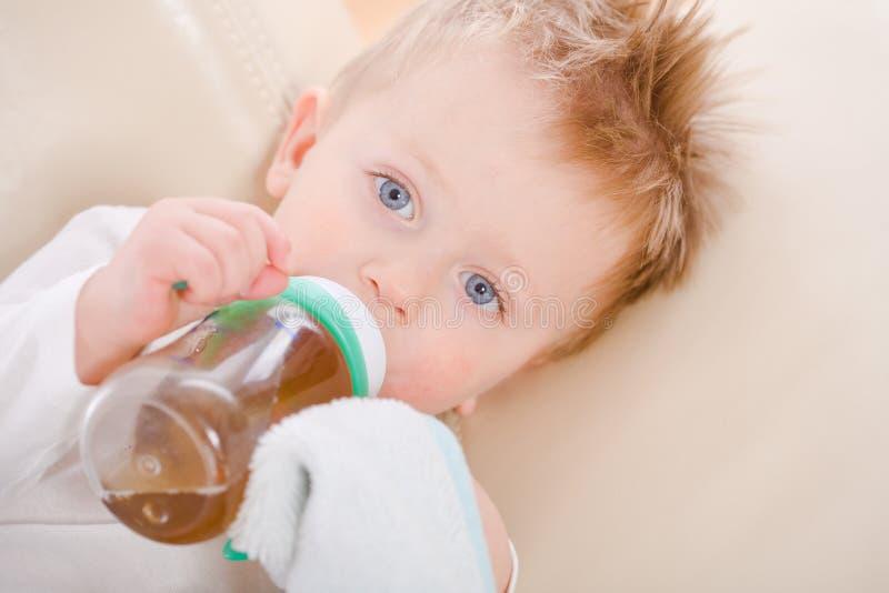 dziecka butelki chłopiec target784_0_ zdjęcie royalty free
