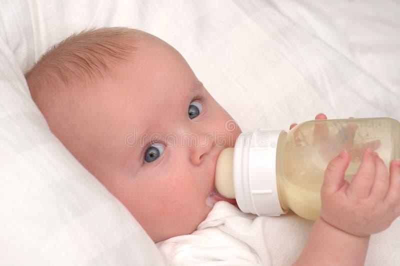 dziecka butelki chłopiec target974_0_ miesiąc starzy sześć zdjęcia stock