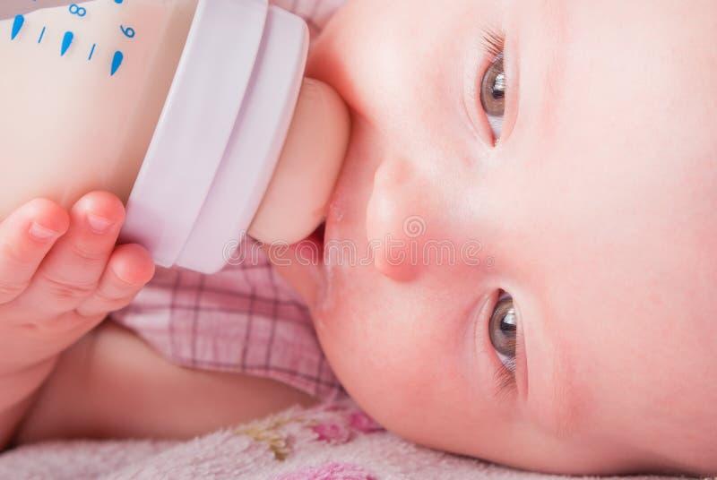 dziecka butelki napojów mleko mały zdjęcia stock