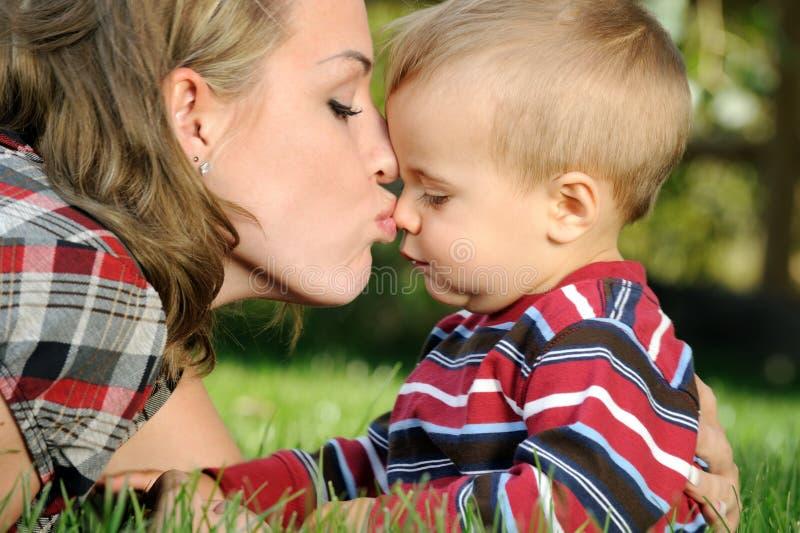 dziecka buziaka matka obraz stock